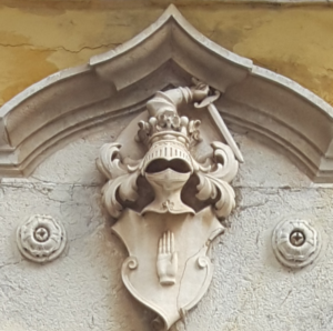Armes du chef O'Neill telles que représentées au-dessus de la porte de la maison d'Hugo O'Neill, prince de Clann Aodha Buidhe - Setúbal, Portugal