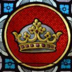 Couronne médiévale sur vitrail à trois fleurons de feuilles de fraisier, proche de celle d'un prince irlandais
